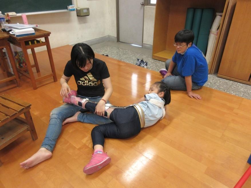 職能治療師示範髖關節伸展活動
